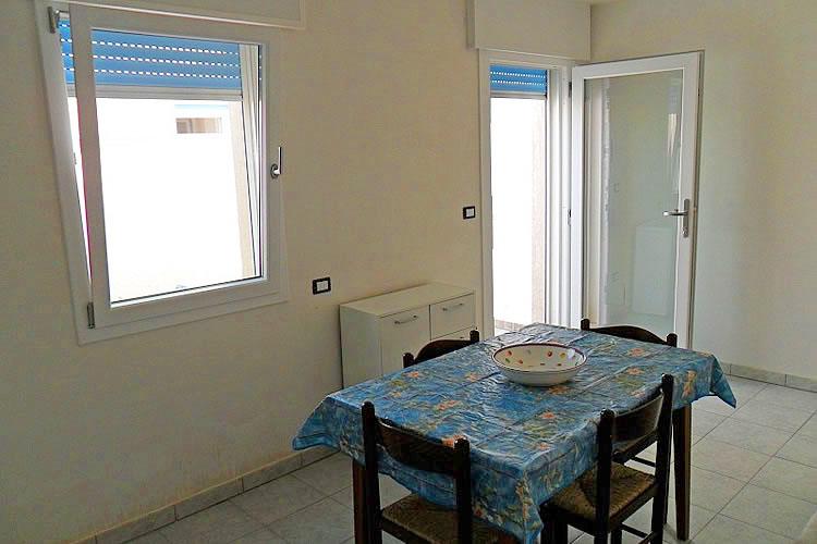 Pescoluse appartamento al piano seminterrato a 100 m for Appartamento di efficienza seminterrato