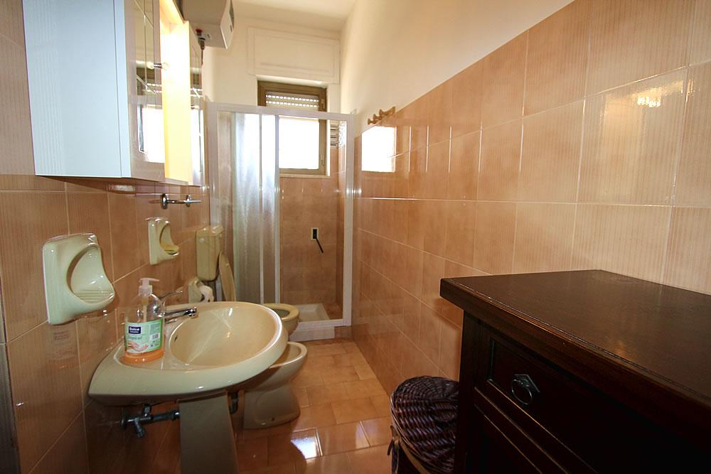 Lido marini nuovissimo appartamento nel centro di lido for A piedi piani doccia